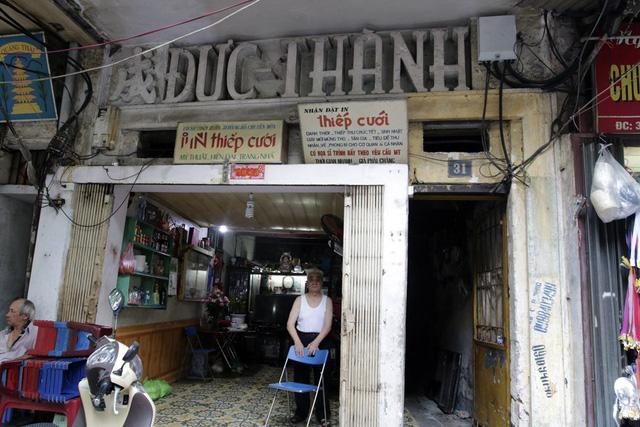 Tại một ngôi nhà mặt phố Hàng Bồ (quận Hoàn Kiếm), biển nhỏ xíu làm bằng gỗ ép với chữ được cắt dán từ đề can màu gợi nhớ những một thời bao cấp đã qua.