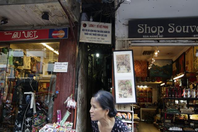 Một biển hiệu quảng cáo điều trị bệnh bằng thuốc bắc và châm cứu trên phố Hàng bè.