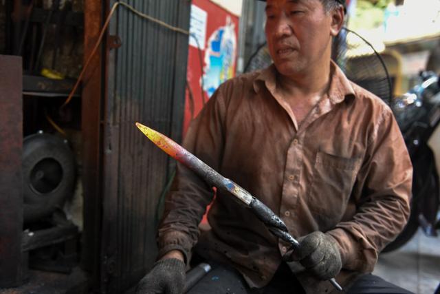 Ông Hùng cho biết, ông học rèn từ nhỏ, nghề mà bố ông truyền lại. Lớn lên, sau khi đi bộ đội về, ông tiếp tục nghề này cho đến nay đã được 20 năm.