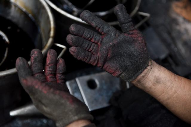Làm việc với lửa, búa, ông chỉ đeo một đôi gang tay bảo hộ.