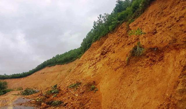 Đoạn đường Mậu Đức - Thạch Ngàn qua bản Nà Đười và Kẻ Nóc đường bị sạt lở. Huyện Con Cuông và hai xã đang cho xử lý khắc phục.