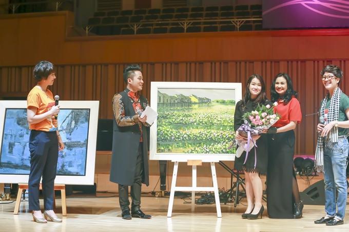 4 bức tranh của các họa sĩ Hà Trí Hiếu, Lê Thanh Sơn, Nguyễn Quang Vinh và Phạm An Hảiđã thu được 60.000 đô la, tương đương với 1,3 tỉ.