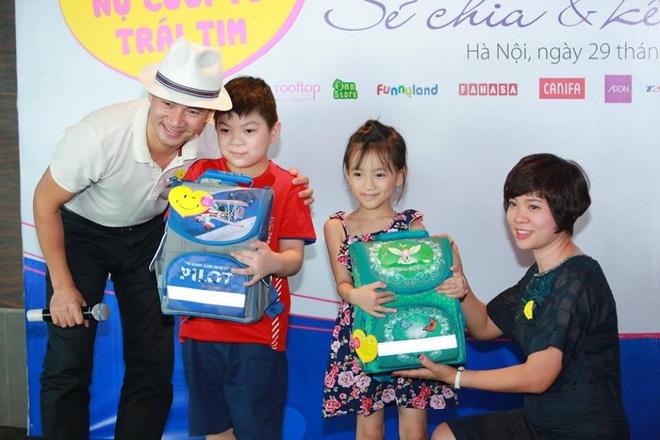 """Nghệ sĩ Xuân Bắc mang """"Nụ cười trái tim"""" đến 2 trẻ em dị tật bẩm sinh trên mặt."""
