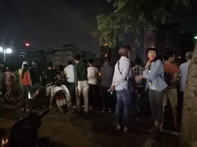 Nhiều người dân hiếu kỳ theo dõi vụ cháy.