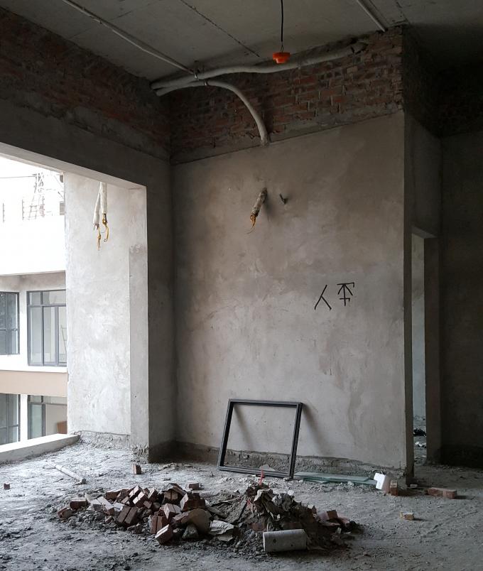 Một số công nhân cũng đang hoàn thiện công trình trên tầng 34 của Tòa nhà, có nhiều vật liệu, vật dụng cùng giá đỡ để ngổn ngang. (Ảnh chụp sáng 7/12).