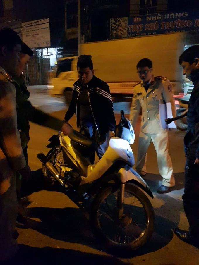 Nam thanh niên đi xe máy 1 mình may mắn chỉ bị xây xát nhẹ sau vụ tai nạn.