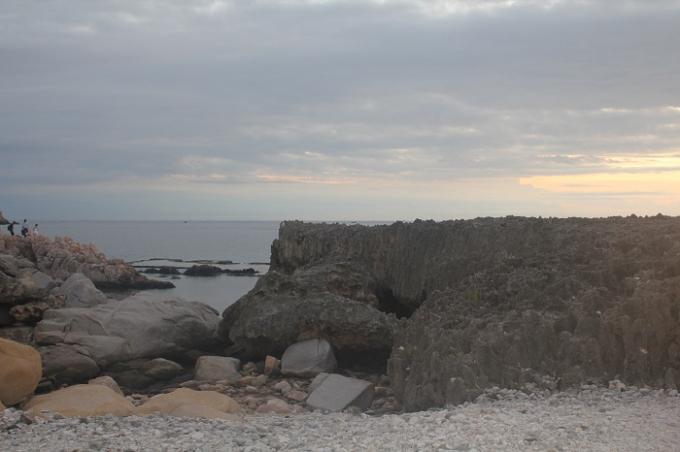Rời Vĩnh Hy, du khách tiếp tục đến với Hang Rái, nơi được tạo nên bởi một bên là núi chúa, một bên là biển xanh sóng vỗ rì rào đùa giỡn trên các mỏm đá. Đây cũng là nơi có bãi san hô kéo dài hàng cây số và đẹp nhất vùng.