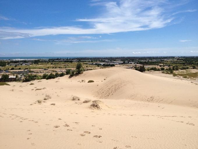 """Tạm biệt biển khơi bao la, du khách sẽ được đến với """"Mông Cổ"""" thu nhỏ - đồi cát Nam Cương. Đến với Nam Cương bạn sẽ thấy những tràng cát nhiều tầng lớp nối nhau rồi vút lên choáng ngợp tầm mắt như một tác phẩm nghệ thuật tài hoa của xứ sở nắng và gió. Thời khắc đẹp nhất để chiêm ngưỡng đồi cát là khi bình minh lên, những ánh nắng đầu tiên lan dần trên mặt cát khiến cho cả đồi cát như bừng tỉnh."""