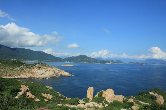 Leo lên đỉnh hải đăng và căng tầm mắt, nơi núi và biển giao nhau. Nước biển hiện lên một màu xanh ngọc bích tuyệt đẹp, khi có ánh nắng mặt trời, nước biển lại đổi sang màu xanh dương nhẹ nhàng trong trẻo.