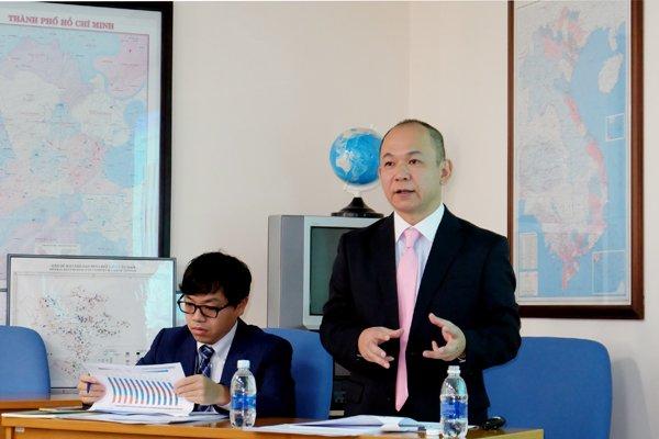 Ông Takimoto Koji (đứng), Trưởng đại diện JETRO tại TPHCM, chia sẻ thông tin về kết quả khảo sát với báo chí tại TPHCM.
