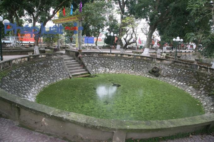 Giếng Nhũ được lát đá xanh ở phía trước khu đền chính.