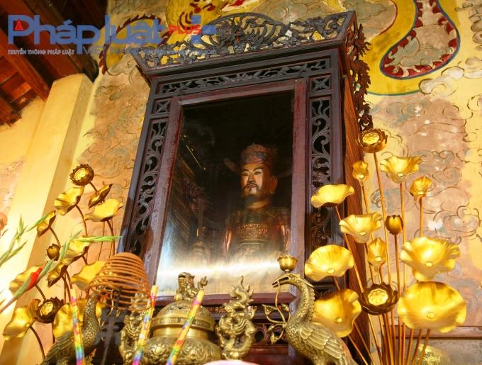 Pho tượng cổ Đức Thánh Trần được đặt tại ban giữa cung Đệ Nhất có nét mặt uy nghiêm nhưng lại có nụ cười bao dung, đôn hậu.