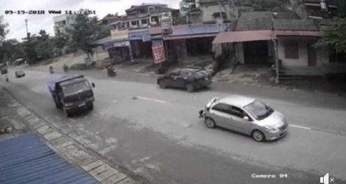 Cú va chạm từ phía sau khiến chiếc xe con bị nát phần đuôi bên phải.