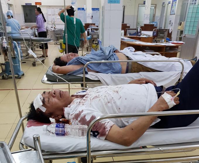 Ông Trần Hữu Giới bảo vệ của Công ty Sao Kim bị nhóm người lạ mặt hành hung phải đi cấp cứu.