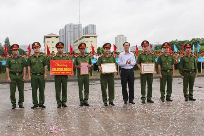 Thiếu tướng Đoàn Ngọc Hùng và ông Đỗ Mạnh Tuấn trao tặng khen thưởng cho tập thể CBCS CAQ Bắc Từ Liêm do đã nhiều thành tích xuất sắc trong công tác đấu tranh phòng chống tội phạm trên địa bàn