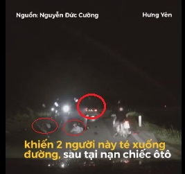 Chiếc xe bỏ chạy để mặc hai nạn nhân nằm giữa đường.