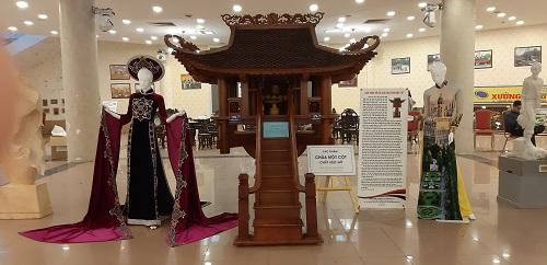 Tác phẩm Chùa Một cột thu nhỏ của Thương binh Phí Đình Tuấn.