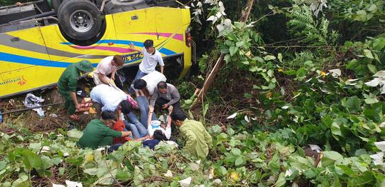 Các nạn nhân đang được nhân viên cứu hộ đưa ra khỏi xe.