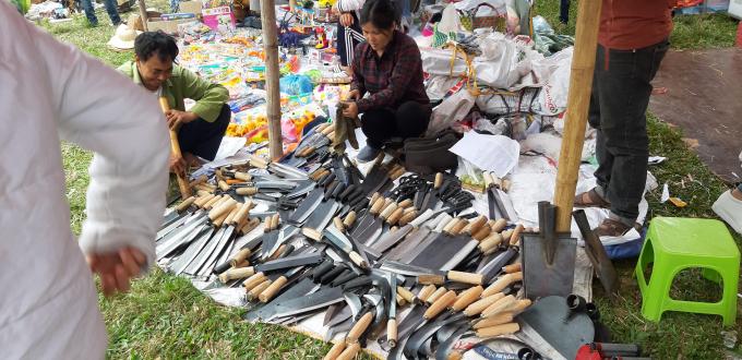 Mặt hàng dao kéo không thể thiếu trong phiên chợ này