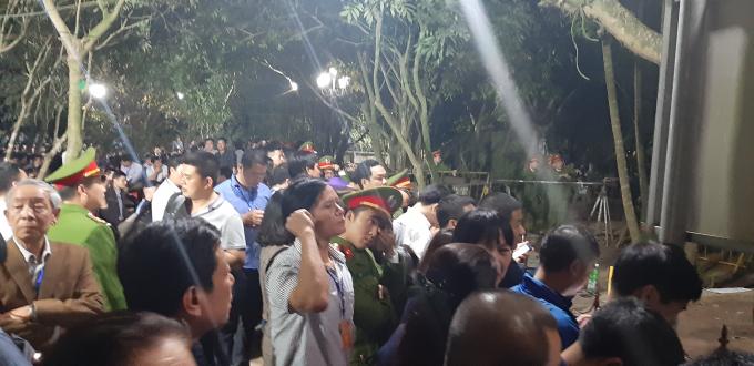 Hàng trăm vị đại biểu, khách mời với thẻ đeo ngực phải ngậm ngùi đứng phía ngoài.