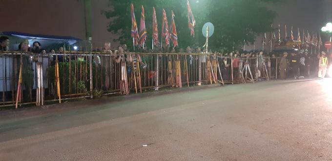 Phía ngoài đền Trần, khách thập phương đứng sau hàng rào chờ Lễ Khai ấn được thực hiện xong mới được vào phía trong đền.