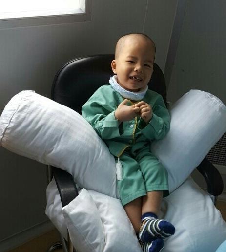 Bố mẹ bé Bảo rất hạnh phúc vì em bé được chữa trị khỏi bệnh và khỏe mạnh, có thể vui đùa như bao trẻ khác.