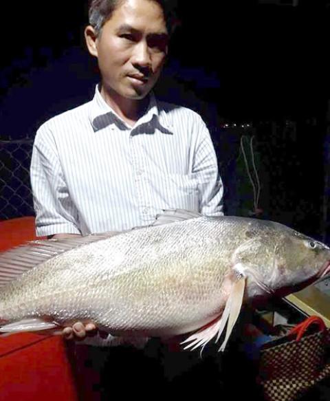 Anh Lợi bên con cá được cho là sủ vàng nặng 8 kg (ảnh do nhân vật cung cấp)