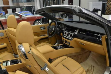 Rolls-Royce Dawn Dawn nổi bật với màn hình độ phân giải cao 10,25 inch mới.
