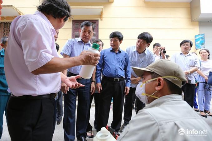 Đoàn công tác kiểm tra thuốc trừ muỗi trước khi phun.