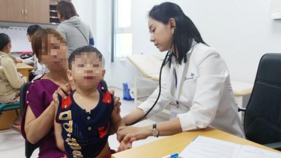 Bác sĩ đang khám cho bệnh nhi tại Bệnh viện Nhi đồng TPHCM