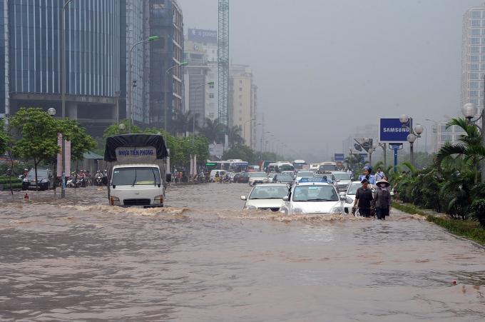 Khu vực xung quanh tòa nhà Keangnam (quận Cầu Giấy) thường xuyên ngập sâu sau mưa lớn. Ảnh: Quang Quyết/TTXVN
