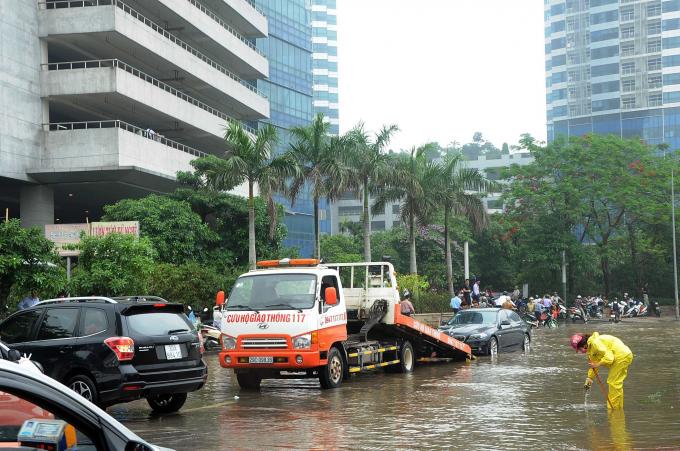 Đường Phạm Hùng tập trung nhiều chung cư, cao ốc tại phía Tây Hà Nội. Sau mỗi trận mưa lớn, đường lại biến thành sông. Ảnh: Quang Quyết/TTXVN