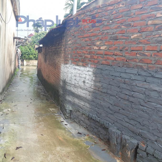 Công trình tường vi phạm hành lang đường Tây Phương.