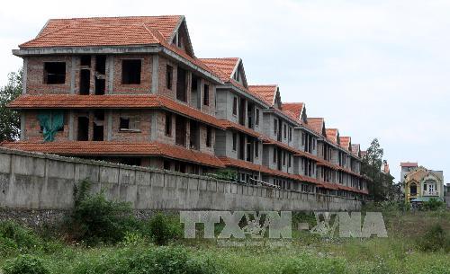 Tránh đầu tư BĐS theo đám đông để tránh ôm cục nợ. Trong ảnh: Một dự án biệt thự bỏ hoang tại Hoài Đức (Hà Nội). Ảnh: Hoàng Lâm/TTXVN