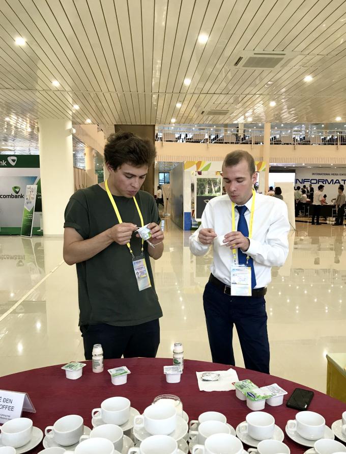 Phóng viên báo chí quốc tế hào hứng thưởng thức sản phẩm sữa chua Vinamilk.