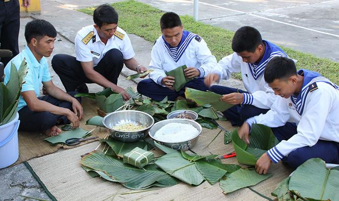 Gói bánh chưng bằng lá bàng vuông ở đảo Song Tử Tây và Nam Yết