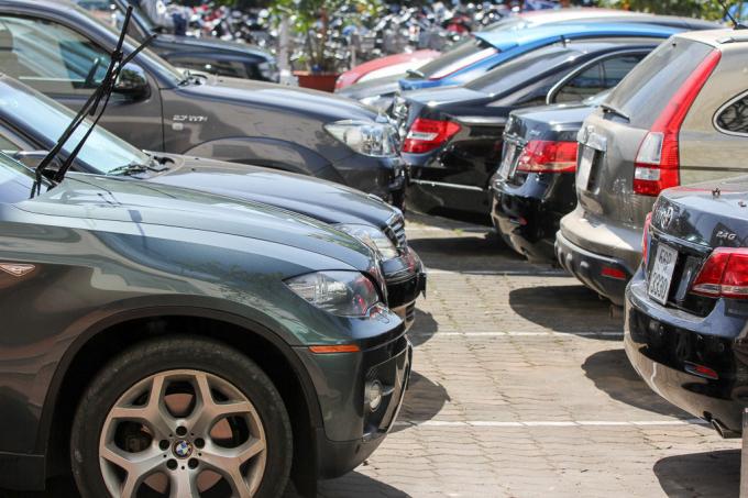 Những ngày giáp tết Mậu Tuất, dịch vụ bảo dưỡng sửa chữa ô tô tại nhiều nơi quá tải, xe vào xưởng đông nghẹt.