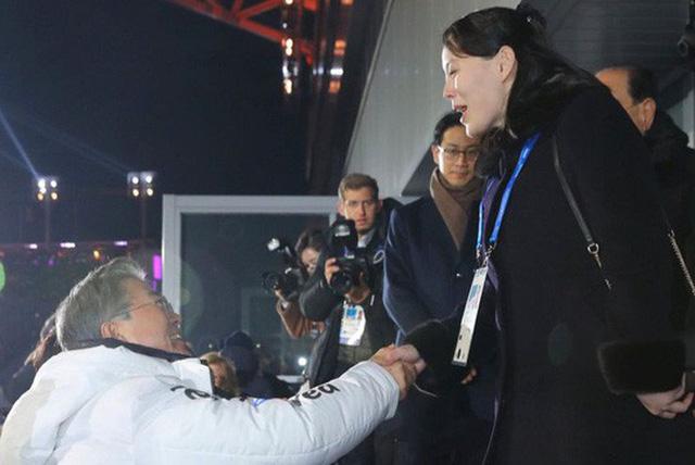 Cú bắt tay lịch sử giữa Tổng thống Hàn Quốc Moon Jae-in và cô Kim Yo-jong. Ảnh: Reuters