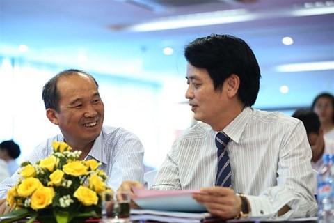 Ông Dương Công Minh (trái) và Chủ tịch LienVietPostBank Nguyễn Đức Hưởng.