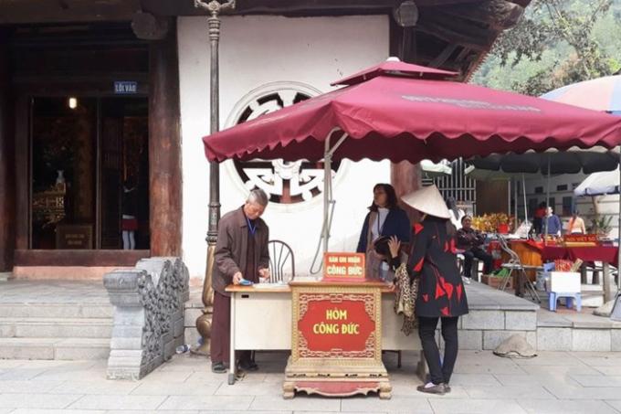Những hòm tiền công đức được đặt khắp nơi trong chùa. Ảnh: PV
