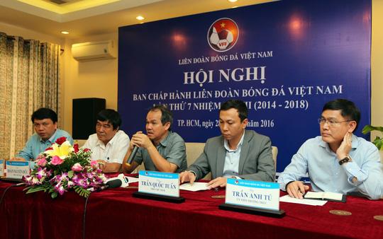 Ông Đoàn Nguyên Đức (giữa) và Trần Anh Tú (bìa phải) trong một cuộc họp Ban Chấp hành VFF khóa 7 Ảnh: Quang Liêm