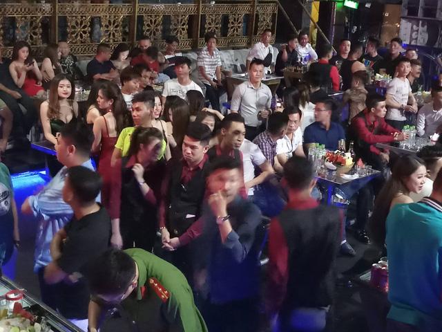"""Cảnh sát """"đột kích"""" quán bar DC Club, hơn 300 khách chơi nhốn nháo"""