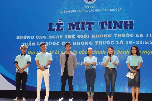 Các ca sĩ, nghệ sĩ giao lưu, kêu gọi các bạn trẻ, sinh viên không nên hút thuốc.