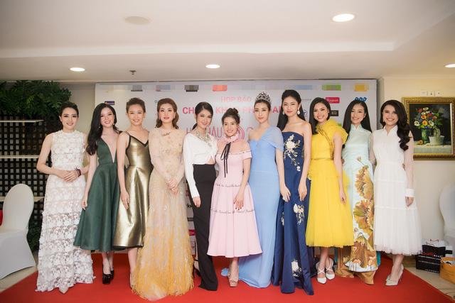 Đại diện BTC Hoa hậu Việt Nam 2018 và các người đẹp tham dự họp báo.
