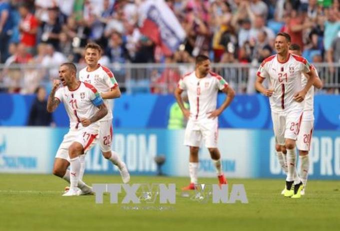 Pha ăn mừng bàn thắng của cầu thủ Aleksandar Kolarov (trái) cùng đồng đội Serbia sau khi anh ghi bàn thắng vào lưới đối thủ Costa Rica trong trận đấu ngày 17/6. Ảnh: THX/TTXVN