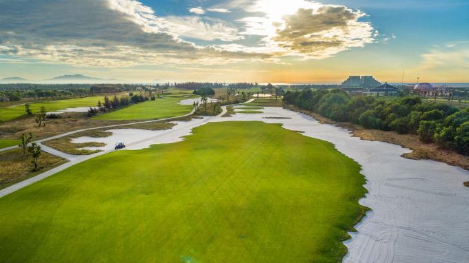 Vinpearl Golf Nam Hội An được thiết kế theo phong cách sân golf links với địa hình tự nhiên đặc trưng và nằm trong khu nghỉ dưỡng 5 sao đẳng cấp Vinpearl Resort & Golf Nam Hội An. Những cồn cát uốn lượn vô cùng điệu nghệ với độ cao chênh lệch từ 4m đến 11m, đường fairway rộng, khu vực green uốn lượn êm ái và bẫy cát tại hố số 1 có kích thước đặc biệt lớn… sẽ là thử thách thú vị cho tất cả các gôn thủ thi đấu tại đây.