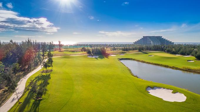 Vinpearl Golf Nam Hội An tọa lạc tại quần thể khách sạn nghỉ dưỡng – vui chơi giải trí cao cấp Vinpearl Resort & Golf Nam Hội An (Quảng Nam). Sân sở hữu chiều dài tối đa là 7.224 yard, được tư vấn, thiết kế bởi tập đoàn nổi tiếng IMG Worldwide nên đáp ứng những tiêu chuẩn khắt khe nhất của một sân golf quốc tế và phù hợp để tổ chức tất cả các giải đấu của PGA (Hiệp hội golf chuyên nghiệp).