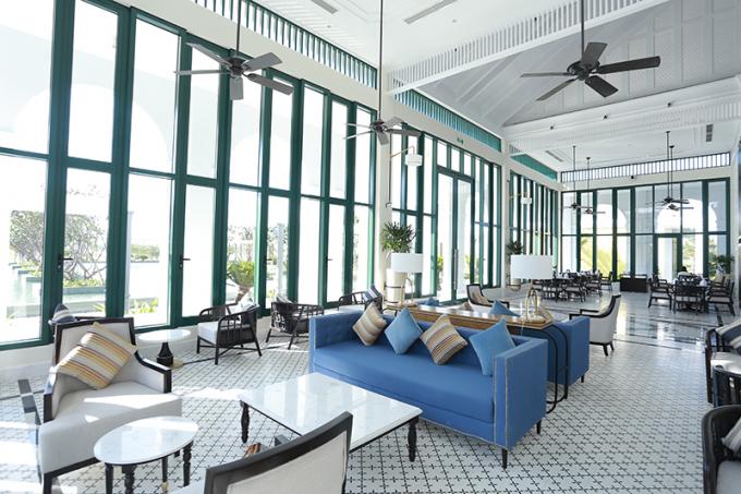 Tổ hợp nhà hàng và bar sở hữu tầm nhìn toàn cảnh sân golf tuyệt mỹ, giúp gôn thủ dễ dàng lựa chọn thực đơn Á-Âu đa dạng, đáp ứng mọi khẩu vị của du khách trong và ngoài nước. Khu Pro-shop nằm trong nhà Câu lạc bộ với đầy đủ các mặt hàng của những thương hiệu đẳng cấp hàng đầu thế giới.