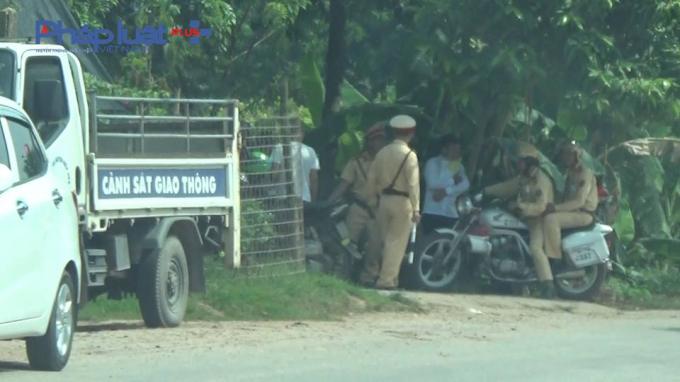 Rất nhiều CSGT Công an huyện Hiệp Hòa có mặt tại tổ công tác này nhưng chỉ xử lý xe tải nhỏ, xe máy bỏ qua xe cơi nới thành thùng.