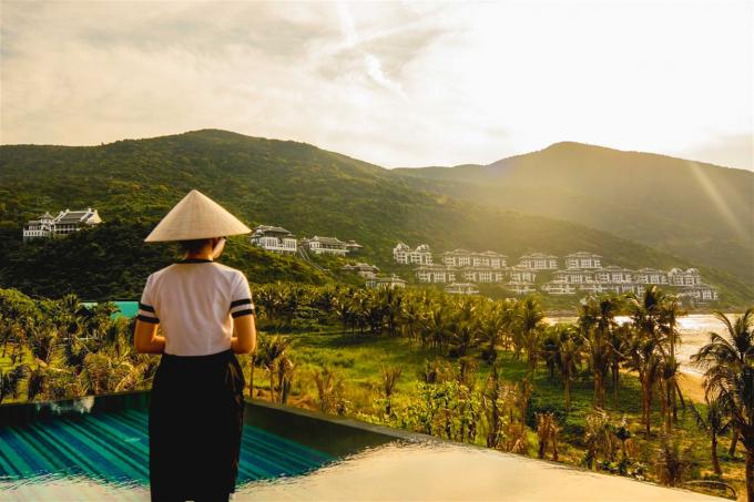 """Được tạo nên từ sự kết hợp ăn ý của Sun Group – một trong những nhà đầu tư hàng đầu tại Việt Nam và Bill Bensley – người được mệnh danh là """"thầy phù thủy resort"""" trên thế giới, InterContinental Danang mang lối thiết kế sang trọng mà tối giản nhưng vô cùng """"thiên nhiên"""", như thể được sinh ra từ rừng xanh và sóng vỗ."""